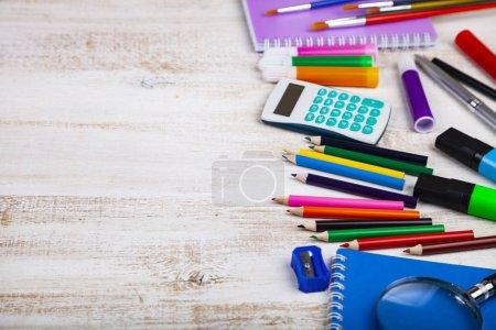 Photo pour Retour à l'école. Articles pour l'école sur une table en bois. Place pour votre texte. - image libre de droit