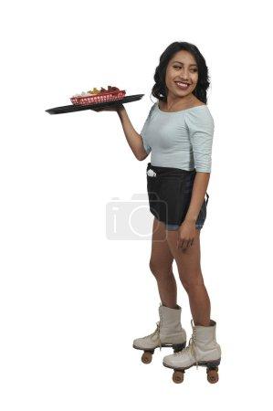 Photo pour Serveuse de restauration ou serveuse sur patins à roulettes - image libre de droit