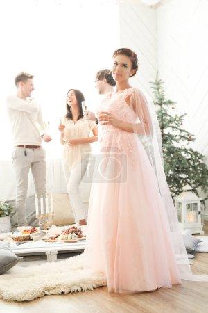 Photo pour Heureux jeunes célèbrent ensemble à la fête de mariage - image libre de droit