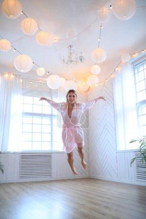 Photo pour Mode. Belle femme posant dans une robe en soie - image libre de droit