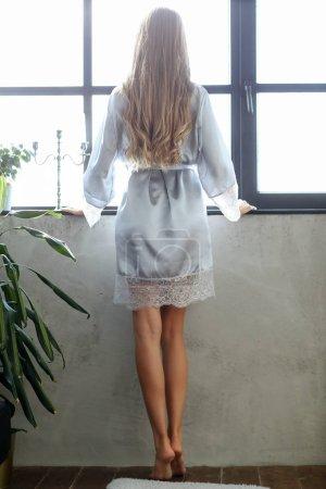 Photo pour Lingerie et vêtements de nuit. Belle fille en chemise de nuit argent - image libre de droit