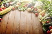 """Постер, картина, фотообои """"Свежие органические растительные пищевые ингредиенты на фоне деревянный стол"""""""