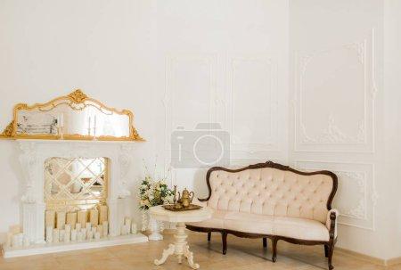 Foto de Sofá de estilo clásico en sala vintage - Imagen libre de derechos