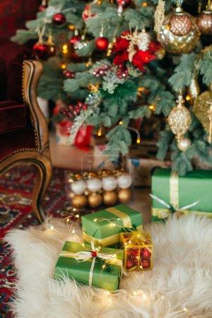 Foto de Hermosas cajas de regalo de Navidad en el suelo - Imagen libre de derechos