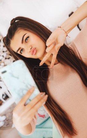 Photo pour Belle jeune femme en vêtements de mode prenant selfie - image libre de droit