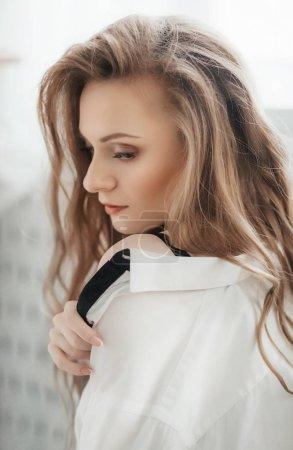 Photo pour Belle jeune femme posant en chemisier blanc - image libre de droit
