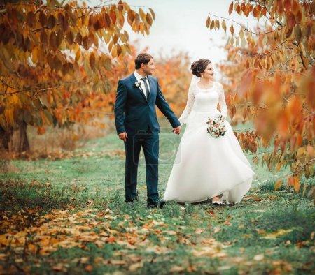 Photo pour Mariés le jour de leur mariage dans le parc - image libre de droit