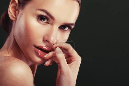 Photo pour Beauté Femme visage Portrait. Belle fille modèle avec des lèvres de couleur Perfect Fresh Clean Skin rose. Sur fond vert, prise de vue en studio. Gros plan . - image libre de droit