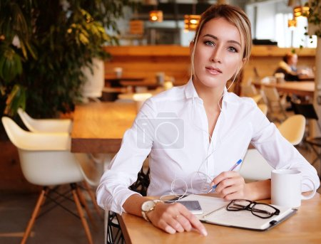 Photo pour Concept entreprise et personnes: femme d'affaires moderne en ville café, assis près de fenêtre - image libre de droit