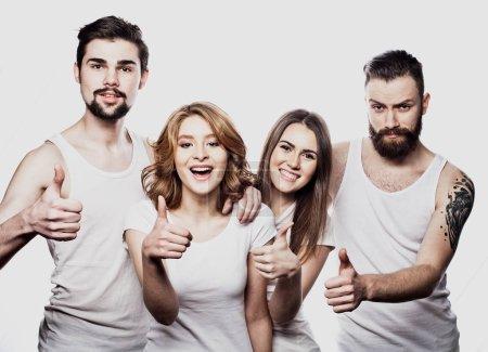 Photo pour Bonne joyeuse groupe d'amis se réjouissant isolé sur fond blanc. Concept des gens et de l'amitié. - image libre de droit