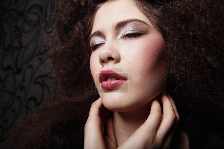 Foto de Chica glamour con el maquillaje brillante y ojos cerrados. Mujer de belleza. Maquillaje y piel perfecta. Cierre para arriba. - Imagen libre de derechos