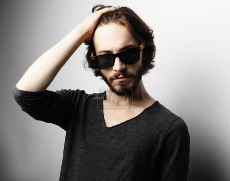 Foto de Usar gafas de sol de moda de hombre de moda - Imagen libre de derechos