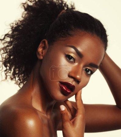 Foto de Concepto de moda y belleza: atractiva mujer afroamericana closeup retrato, sesión de estudio - Imagen libre de derechos
