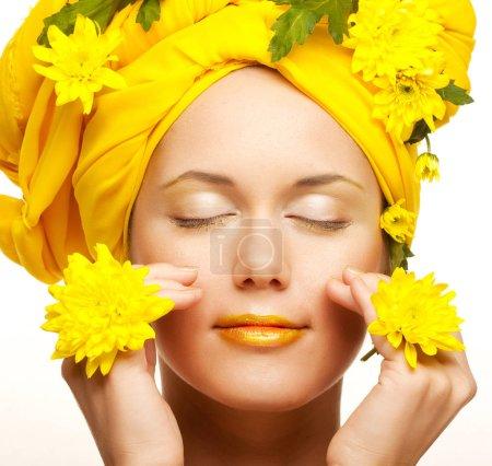 Photo pour Image romantique d'une jeune femme aux chrysanthèmes jaunes - image libre de droit