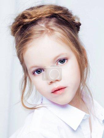 Photo pour Mignonne petite fille blonde portant des vêtements décontractés blancs sur un fond blanc . - image libre de droit
