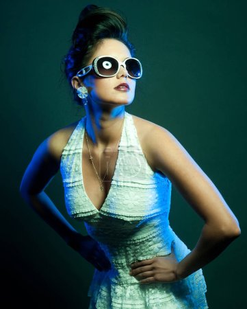 Foto de Dama de la moda con gafas de sol posando en el estudio - Imagen libre de derechos