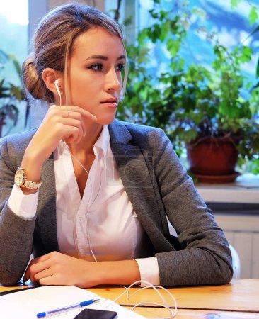 Foto de Concepto de negocios y personas: mujer de negocios moderna en café de la ciudad, sentado junto a la ventana - Imagen libre de derechos