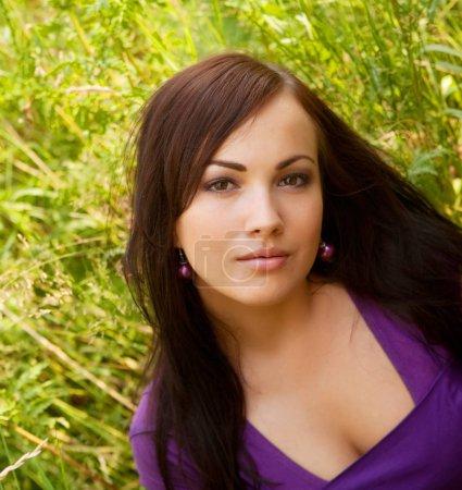 Photo pour Jolie jeune femme en plein air dans l'herbe en été - image libre de droit