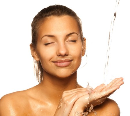 Photo pour Beauté jeune femelle avec une goutte d'eau sur son visage pur - isolé sur blanc - image libre de droit