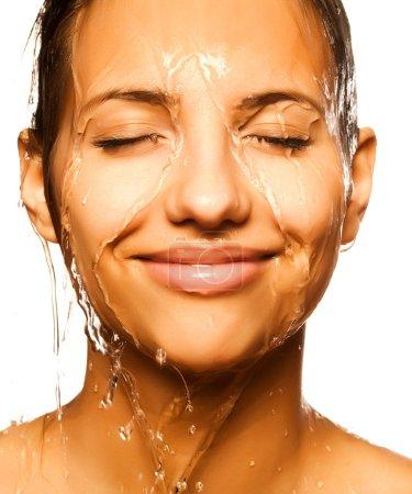 Photo pour Gros plan du visage de la belle femme humide avec une goutte d'eau. Sur fond blanc - image libre de droit