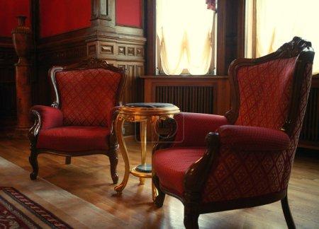Photo pour Intérieur classique avec chaises - image libre de droit
