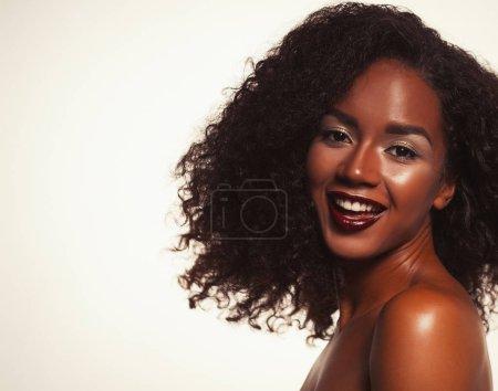 Foto de Retrato de mujer afroamericana atractivo con gran afro y glamour maquillaje - Imagen libre de derechos