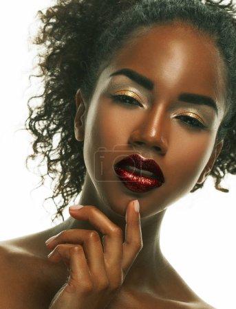 Photo pour Portrait de jeune modèle africain avec un beau maquillage en studio.Close up . - image libre de droit