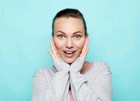 Photo pour Style de vie, émotion et concept de personnes : Portrait de belle fille gaie souriant en regardant la caméra - image libre de droit