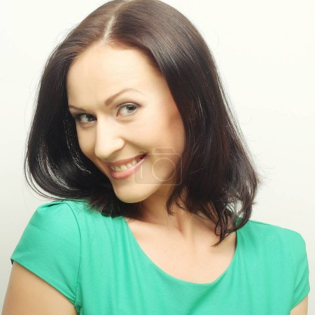 Photo pour Jeune femme en vert t-court avec big happy smile - image libre de droit
