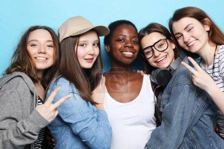 Photo pour Concept d'amitié multiethnique. Joyeux womens européens, asiatiques et africains dans la bonne humeur montrant Ok et victoire. - image libre de droit