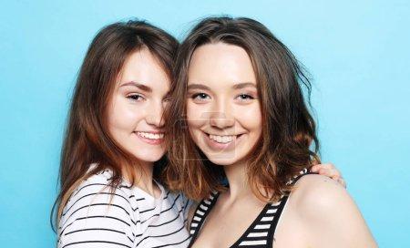 Photo pour Bouchent portrait lifestyle de deux copines teen assez souriant câlins et s'amuser, porter décontracté, état d'esprit positif. - image libre de droit
