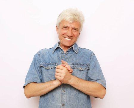 Photo pour Concept de mode de vie et de personnes : Fermez-vous vers le haut du portrait de l'homme aîné heureux sur le fond blanc - image libre de droit