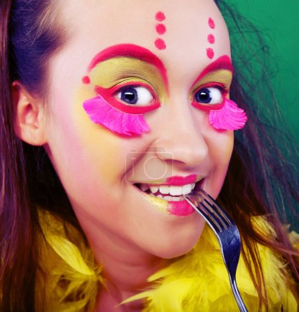 Photo pour Drôle de fille avec fou maquillage, gros plan - image libre de droit