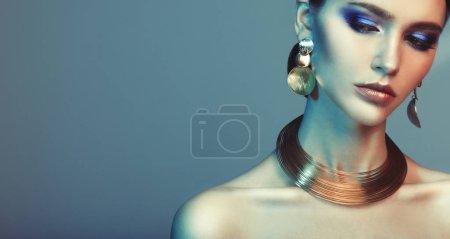 Photo pour Beau mannequin de mode portant des bijoux élégants dans la lumière de couleur, concept de beauté de mode - image libre de droit