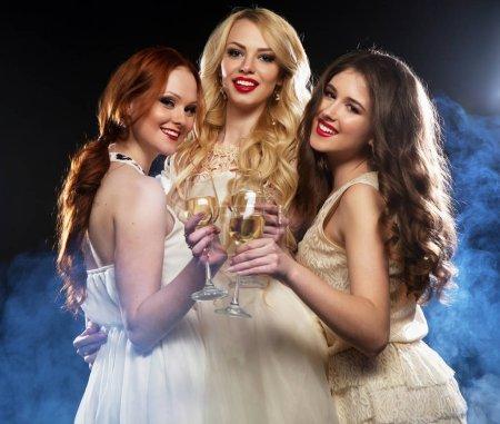 Photo pour Style de vie, fête et concept de personnes - Groupe de filles qui font la fête flûtes à vin mousseux, gros plan - image libre de droit