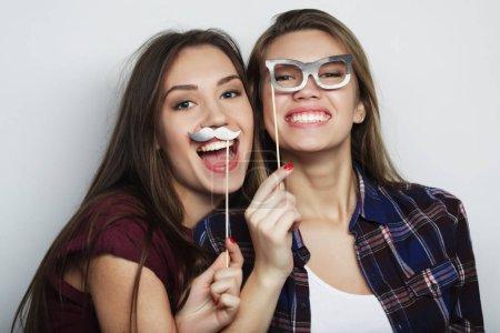 Photo pour Style de vie, fête, émotion et concept de personnes : deux filles hipster sexy élégantes meilleurs amis prêts pour la fête - image libre de droit