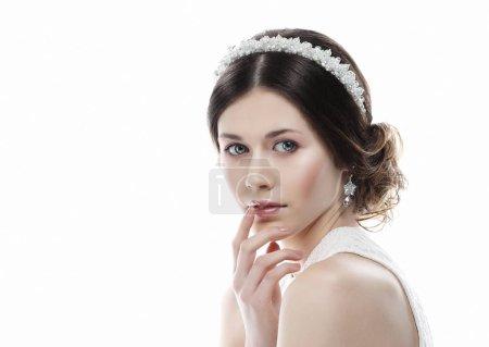 Photo pour Bijoux, luxe, mariage et concept de personnes : jeune mariée avec un magnifique diadème dans ses cheveux, gros plan - image libre de droit