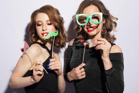 Photo pour Filles sexy élégantes meilleurs amis prêts pour la fête. Robe noire et maquillage lumineux. - image libre de droit