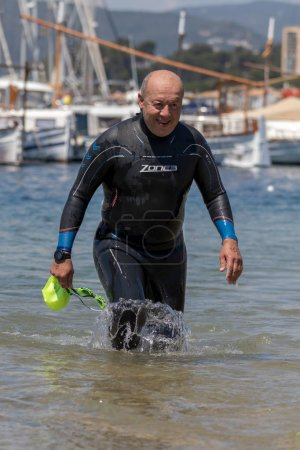 Photo pour Tiers populaires traversant Championnats de natation à une petite ville de Palamos d'Espagne. 05. 20. 2018 Espagne - image libre de droit