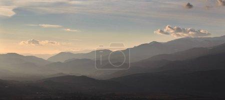 Photo pour Silhouette de la montagne d'Espagne, près du petit village de Alp - image libre de droit