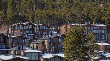 Photo pour Village espagnol traditionnel dans une station de ski - image libre de droit