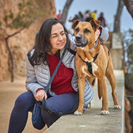 Photo pour Jolie fille avec un chien brun - image libre de droit