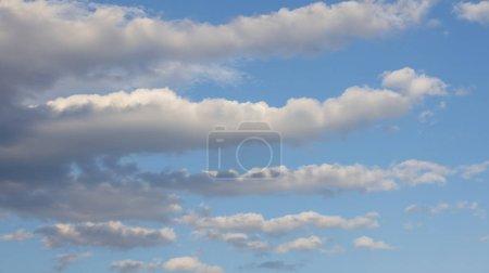 Foto de Bonitas nubes blancas y cielo azul - Imagen libre de derechos