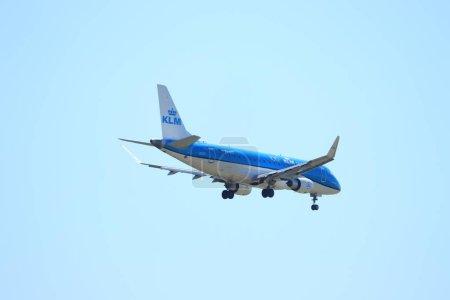 Amsterdam, Pays-Bas - 7 août 2020 : PH-EXT KLM Cityhopper Embraer ERJ-175STD approche finale de la piste Polderbaan à l'aéroport Schiphol Amsterdam, Pays-Bas
