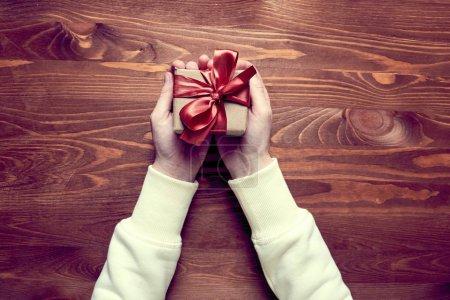 Photo pour Mains tenant boîte cadeau artisanat, gros plan - image libre de droit