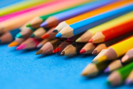 Foto de Surtido de lápices de colores sobre fondo azul - Imagen libre de derechos