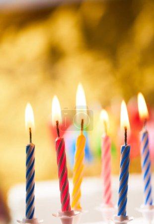 Foto de Velas de cumpleaños colores sobre fondo de oro - Imagen libre de derechos