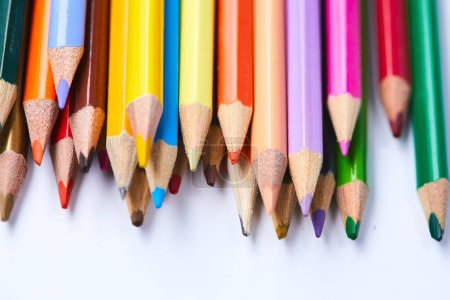 Foto de Surtido de lápices de colores aislados sobre fondo blanco, primer plano - Imagen libre de derechos