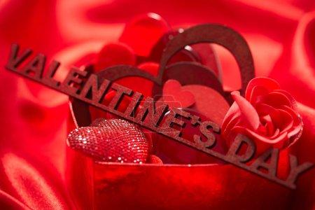 Photo pour Décorations de Saint Valentin avec un cœur sur le tissu de soie rouge - image libre de droit