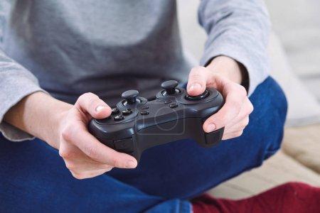 Foto de Hombre con controladores de joystick jugando juegos de video en casa - Imagen libre de derechos